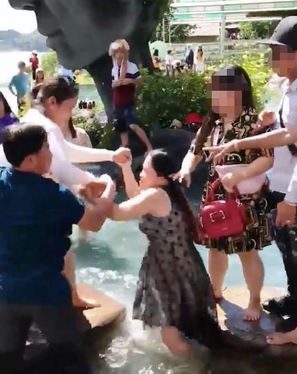 Giành chỗ chụp hình, 2 phụ nữ choảng nhau loạn xạ tại hồ Vô Cực - Đà Lạt - Ảnh 3.
