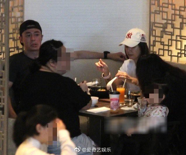 Lần đầu tiên hình ảnh 3 người nhà Lâm Tâm Như được tiết lộ, cô con gái nhỏ gây sốt vì cử chỉ đáng yêu - Ảnh 2.