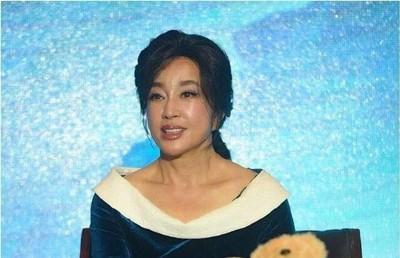 Nhan sắc Võ Tắc Thiên Lưu Hiểu Khánh ở tuổi 64, khuôn mặt biến thành hình nộm vì phẫu thuật quá tay - Ảnh 2.
