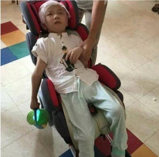 Bé trai 6 tuổi bị mẹ kế bạo hành đến tổn thương 75% não phải sống đời thực vật, bố ruột biết chuyện bỏ trốn mất dạng - Ảnh 3.