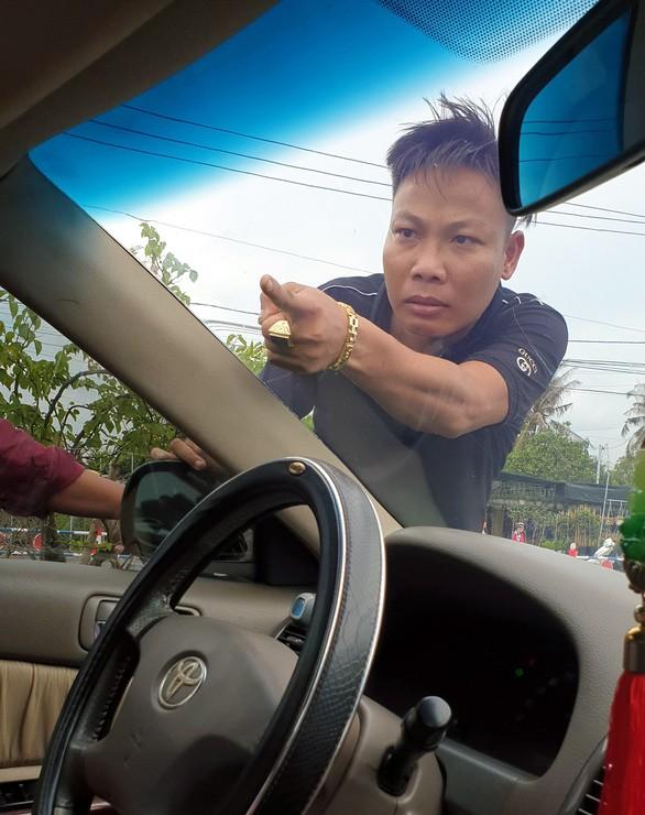 Bắt giám đốc doanh nghiệp gọi giang hồ tới vây xe chở công an ở Đồng Nai - Ảnh 2.