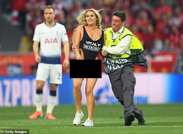Tiết lộ bất ngờ về cô gái xinh đẹp, ăn mặc hở hang phá trận Chung kết Champions League - Ảnh 1.