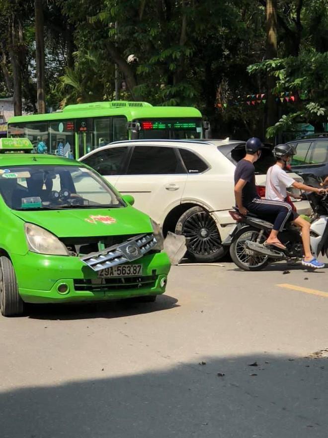 Tài xế tung clip bóc lỗi sai vụ siêu xe Bentley Bentayga va chạm taxi trên phố Hà Nội - Ảnh 1.