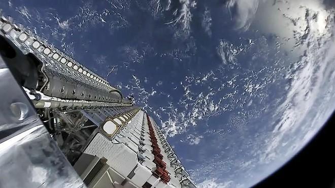 Giới thiên văn học lo lắng: Dàn vệ tinh của SpaceX có thể làm hỏng cả bầu trời đêm - Ảnh 2.