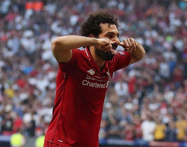 Salah bị ném cúp nhựa vì hành vi trêu tức CĐV Tottenham - Ảnh 1.