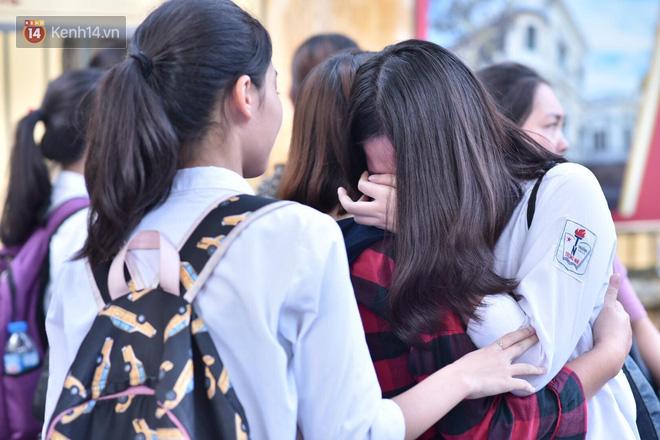 Hàng loạt thí sinh và phụ huynh bật khóc nức nở ngoài cổng trường thi vì không làm được bài - Ảnh 4.