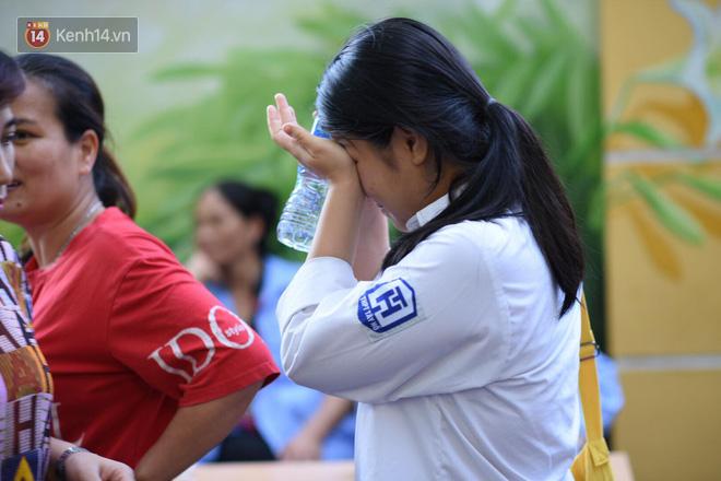 Hàng loạt thí sinh và phụ huynh bật khóc nức nở ngoài cổng trường thi vì không làm được bài - Ảnh 5.