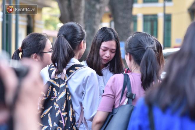 Hàng loạt thí sinh và phụ huynh bật khóc nức nở ngoài cổng trường thi vì không làm được bài - Ảnh 7.