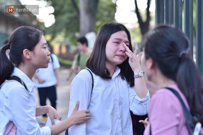 Hàng loạt thí sinh và phụ huynh bật khóc nức nở ngoài cổng trường thi vì không làm được bài - Ảnh 9.