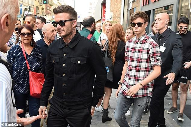 Con trai cả Brooklyn gây thất vọng vì yêu mù quáng, David Beckham chuyển sang o bế cậu hai Romeo Beckham? - Ảnh 1.