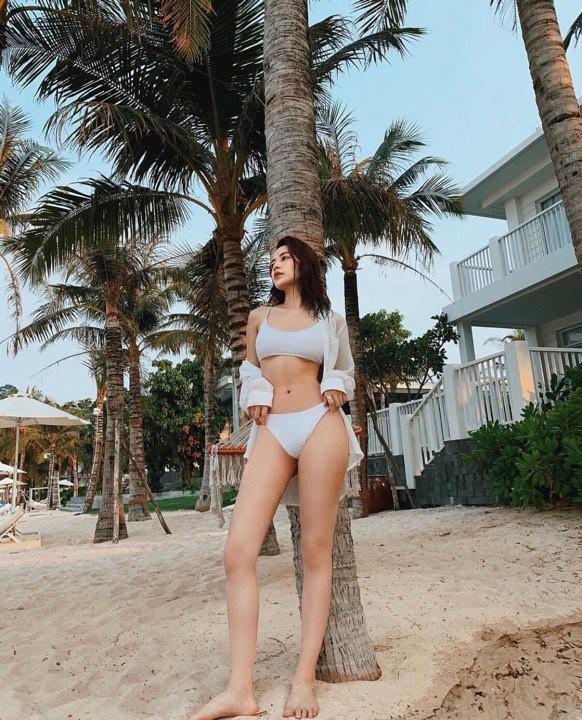 Chi Pu - Quỳnh Anh Shyn chị chị em em rủ nhau diện bikini đi biển khoe dáng cực bốc lửa - Ảnh 2.