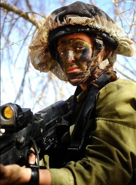 Các cô gái xinh đẹp của quân đội Israel trên sa mạc nóng bỏng - Ảnh 2.
