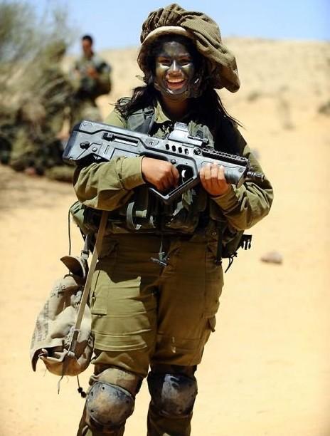 Các cô gái xinh đẹp của quân đội Israel trên sa mạc nóng bỏng - Ảnh 11.
