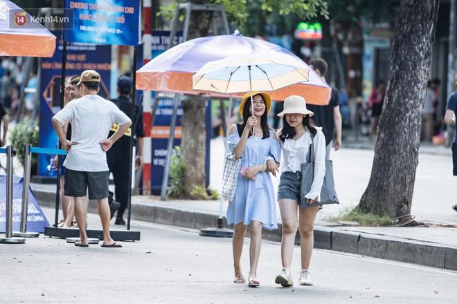 Chùm ảnh: Phố đi bộ hồ Gươm vắng tanh trong ngày nắng nóng kinh hoàng ở Hà Nội - Ảnh 16.