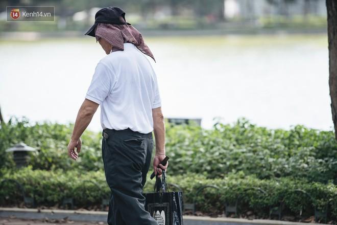 Chùm ảnh: Phố đi bộ hồ Gươm vắng tanh trong ngày nắng nóng kinh hoàng ở Hà Nội - Ảnh 17.