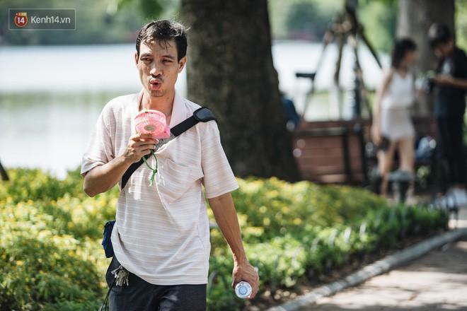 Chùm ảnh: Phố đi bộ hồ Gươm vắng tanh trong ngày nắng nóng kinh hoàng ở Hà Nội - Ảnh 19.