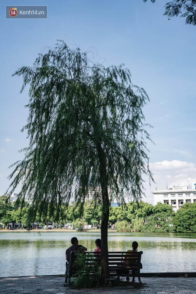Chùm ảnh: Phố đi bộ hồ Gươm vắng tanh trong ngày nắng nóng kinh hoàng ở Hà Nội - Ảnh 20.