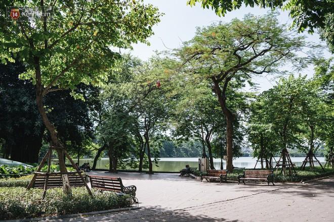 Chùm ảnh: Phố đi bộ hồ Gươm vắng tanh trong ngày nắng nóng kinh hoàng ở Hà Nội - Ảnh 3.