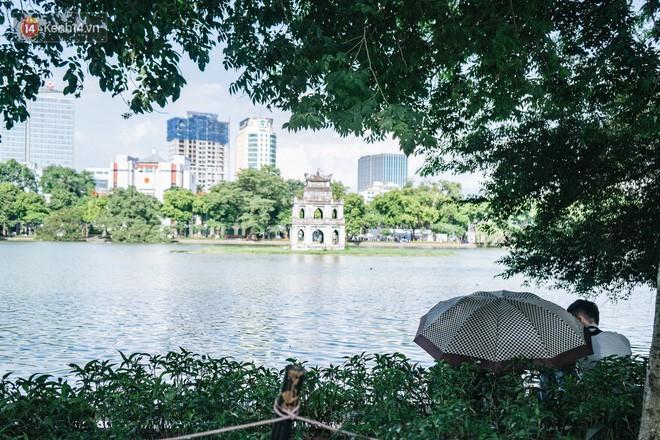 Chùm ảnh: Phố đi bộ hồ Gươm vắng tanh trong ngày nắng nóng kinh hoàng ở Hà Nội - Ảnh 21.