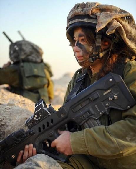 Các cô gái xinh đẹp của quân đội Israel trên sa mạc nóng bỏng - Ảnh 6.