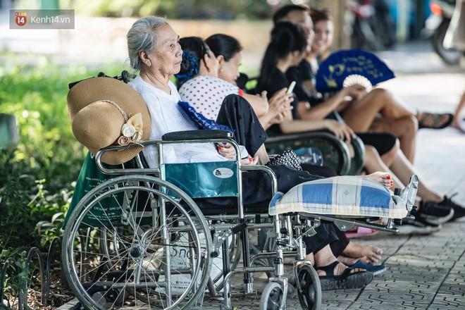 Chùm ảnh: Phố đi bộ hồ Gươm vắng tanh trong ngày nắng nóng kinh hoàng ở Hà Nội - Ảnh 9.