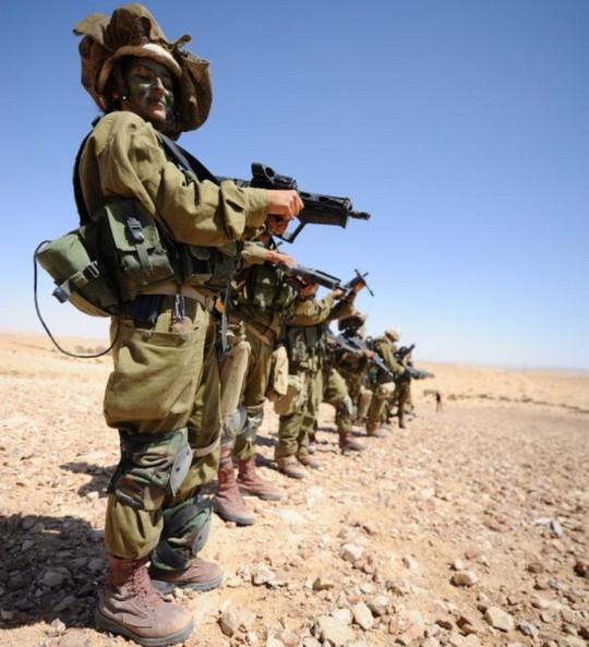 Các cô gái xinh đẹp của quân đội Israel trên sa mạc nóng bỏng - Ảnh 10.