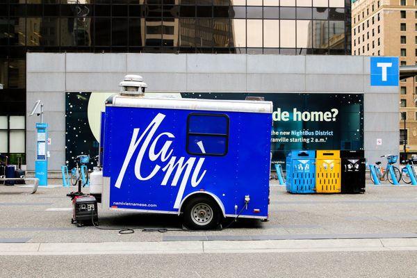 Chàng trai gốc Việt mở xe bán bánh mì gây chú ý tại Canada - Ảnh 1.