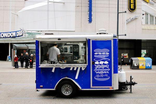 Chàng trai gốc Việt mở xe bán bánh mì gây chú ý tại Canada - Ảnh 2.