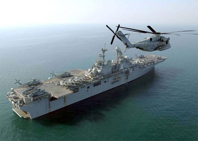 Tàu đổ bộ tấn công, 2 tàu tuần dương, khu trục cùng tàu sân bay USS Abraham Lincoln áp sát Iran - Anh sẵn sàng tham chiến - Ảnh 1.