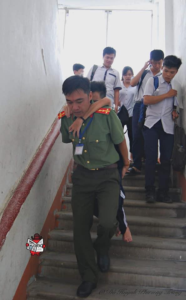 Chiến sĩ công an cõng thí sinh khuyết tật đến phòng thi rồi dọn đồ giúp - hình ảnh gây xúc động mạnh - Ảnh 5.