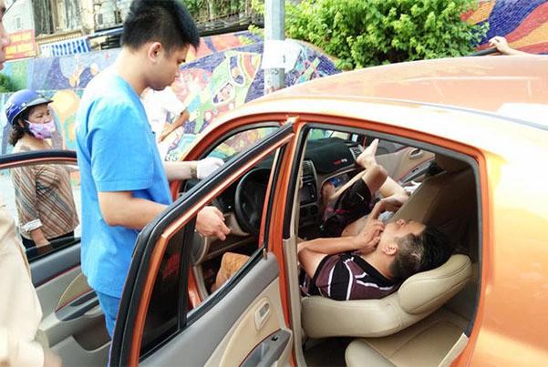 Lý do ô tô lao vỉa hè Hà Nội, tài xế ngủ lay không tỉnh - Ảnh 1.