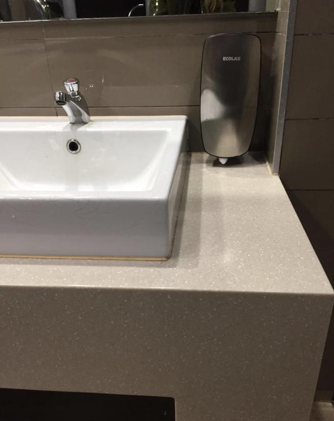 Thiết kế siêu thảm họa của các WC này khiến bạn tự nhủ thà nhịn còn hơn - Ảnh 5.