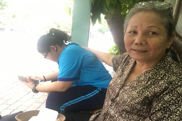 Cụ bà Sài Gòn ngả lưng trên thân cây khô chờ cháu ngoại đi thi - Ảnh 3.