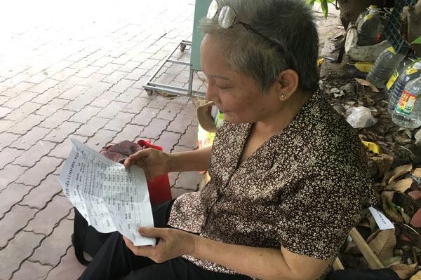 Cụ bà Sài Gòn ngả lưng trên thân cây khô chờ cháu ngoại đi thi - Ảnh 4.