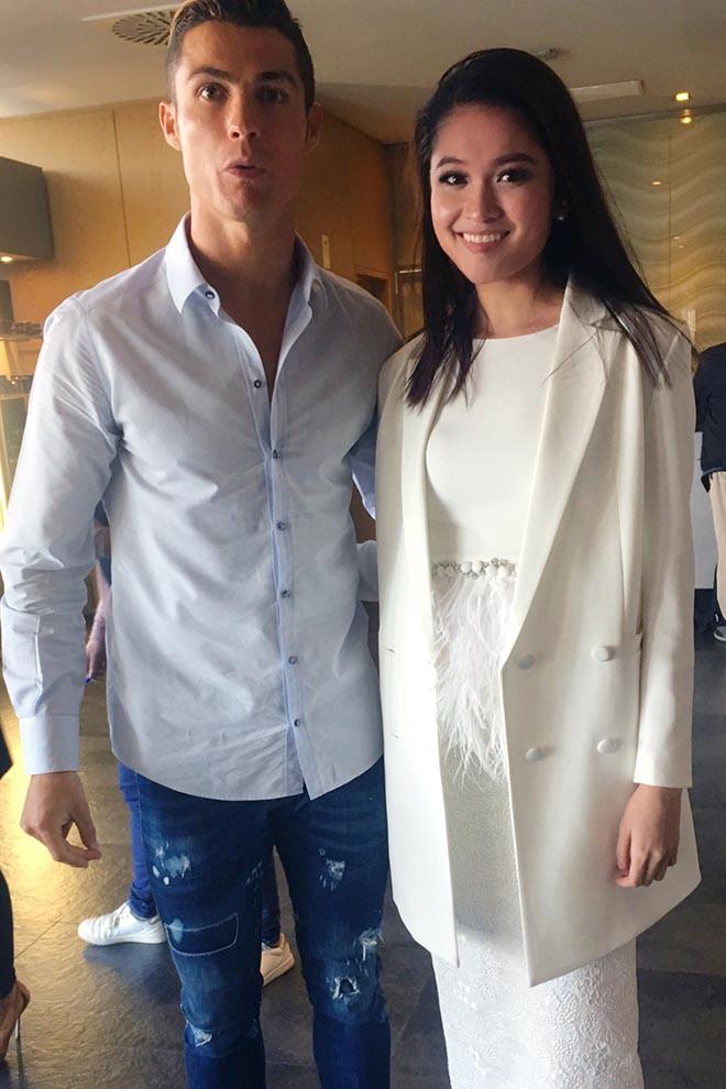 Vẻ quyến rũ của mỹ nhân Việt hiếm hoi được Cristiano Ronaldo trò chuyện và ôm eo - Ảnh 2.