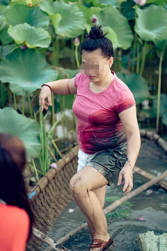 Đứng thuyền thúng chụp hình, cô nàng gặp tai nạn bất ngờ nhưng thái đó sau đó cực lạ  - Ảnh 4.