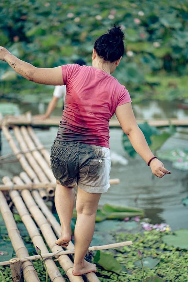 Đứng thuyền thúng chụp hình, cô nàng gặp tai nạn bất ngờ nhưng thái đó sau đó cực lạ  - Ảnh 6.