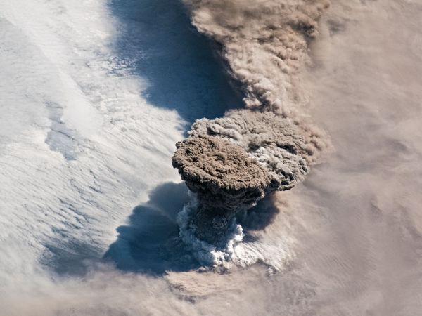 Một vụ phun trào núi lửa lớn đến nỗi nó có thể nhìn thấy từ vũ trụ - Ảnh 1.