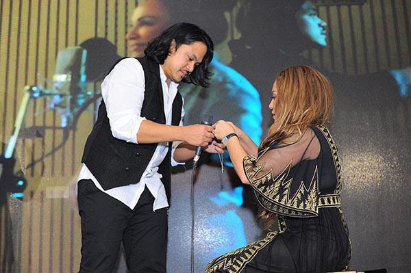 Hai nữ ca sĩ Việt nổi tiếng, sẵn sàng quỳ gối cầu hôn bạn trai giữa đám đông - Ảnh 2.