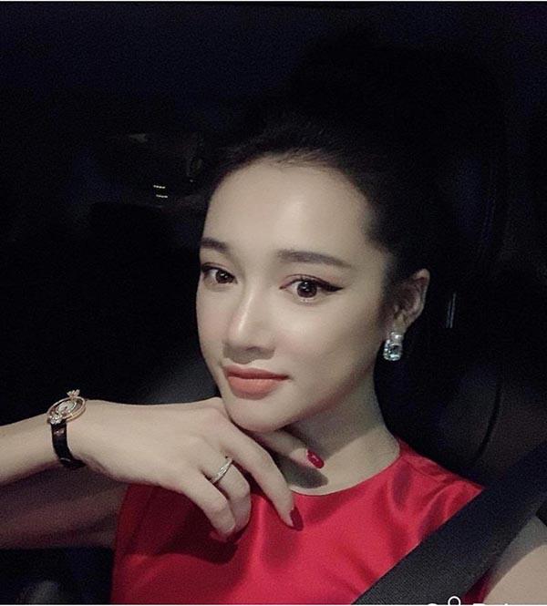 Nhã Phương mặc sexy, đeo trang sức cả tỷ đồng khi làm vợ Trường Giang - Ảnh 11.