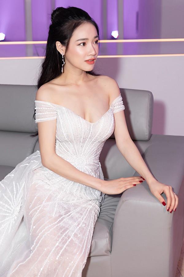 Nhã Phương mặc sexy, đeo trang sức cả tỷ đồng khi làm vợ Trường Giang - Ảnh 7.