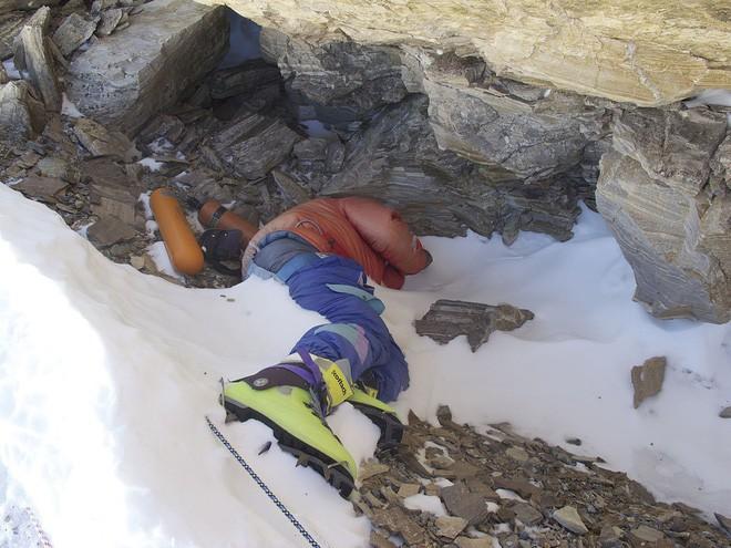 Những bức hình ám ảnh nhất trên đường chinh phục đỉnh Everest: Từ các cột mốc thi thể đến sự thật kinh hoàng hiện ra khi tuyết tan - Ảnh 1.