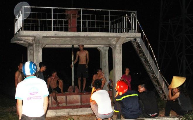 Trăm người hỗ trợ giải cứu 2 anh em mắc kẹt trên cột điện cao thế trong đêm - Ảnh 3.