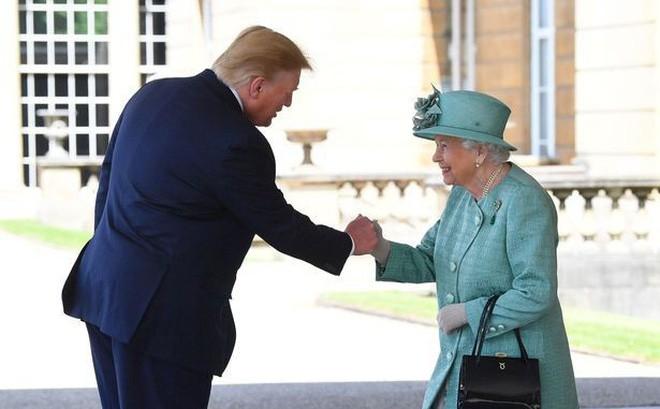 Tổng thống Donald Trump lại vỗ lưng Nữ hoàng Anh: Hành động bị chỉ trích cực kỳ thô lỗ - Ảnh 3.