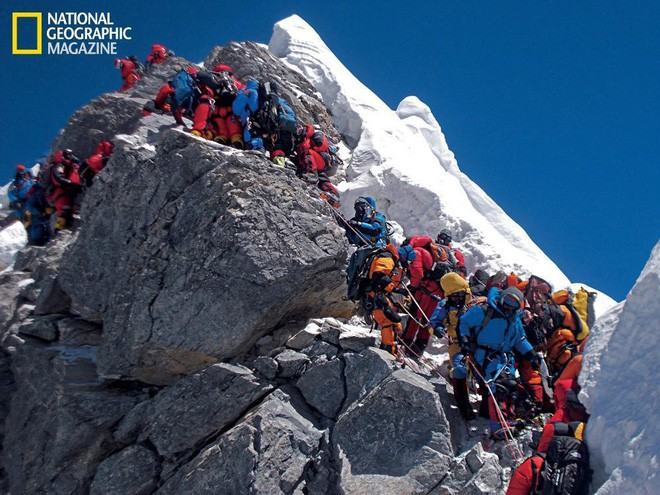 Những bức hình ám ảnh nhất trên đường chinh phục đỉnh Everest: Từ các cột mốc thi thể đến sự thật kinh hoàng hiện ra khi tuyết tan - Ảnh 13.