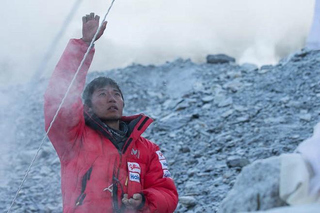 Những bức hình ám ảnh nhất trên đường chinh phục đỉnh Everest: Từ các cột mốc thi thể đến sự thật kinh hoàng hiện ra khi tuyết tan - Ảnh 9.