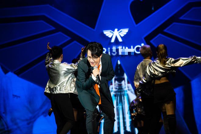 Hà Anh Tuấn biểu diễn cực sung trước 20 nghìn khán giả Hà Nội - Ảnh 2.