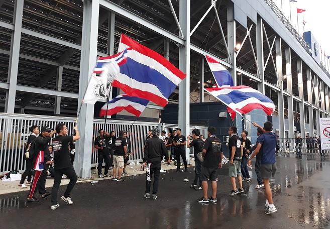 CĐV Việt Nam gửi thông điệp ý nghĩa tới Thái Lan trước trận khai màn King Cup - Ảnh 6.