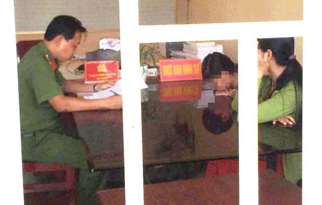 Sau khi xem lại camera, người đàn ông U60 dâm ô bé gái lớp 4 quỳ gối xin lỗi mẹ nạn nhân tại trường - Ảnh 1.