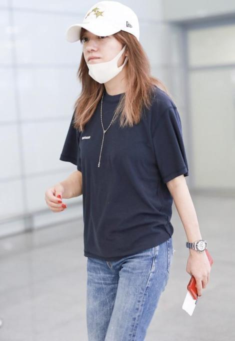 Triệu Vy xuất hiện nhợt nhạt ở sân bay sau ồn ào là kẻ gây rối trong cuộc tình Huỳnh Hiểu Minh - Angelababy - Ảnh 1.